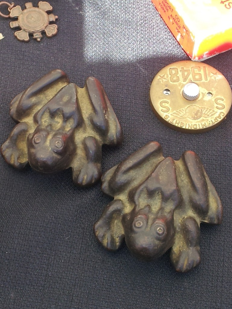 Pair of bronze frogs.